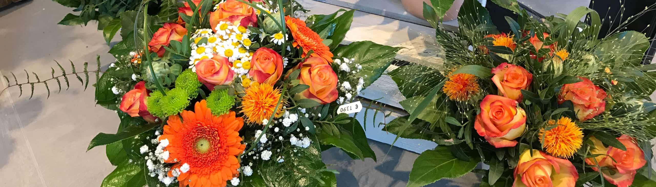 Fünf verschieden gebundene Blumensträuße in orange Tönen