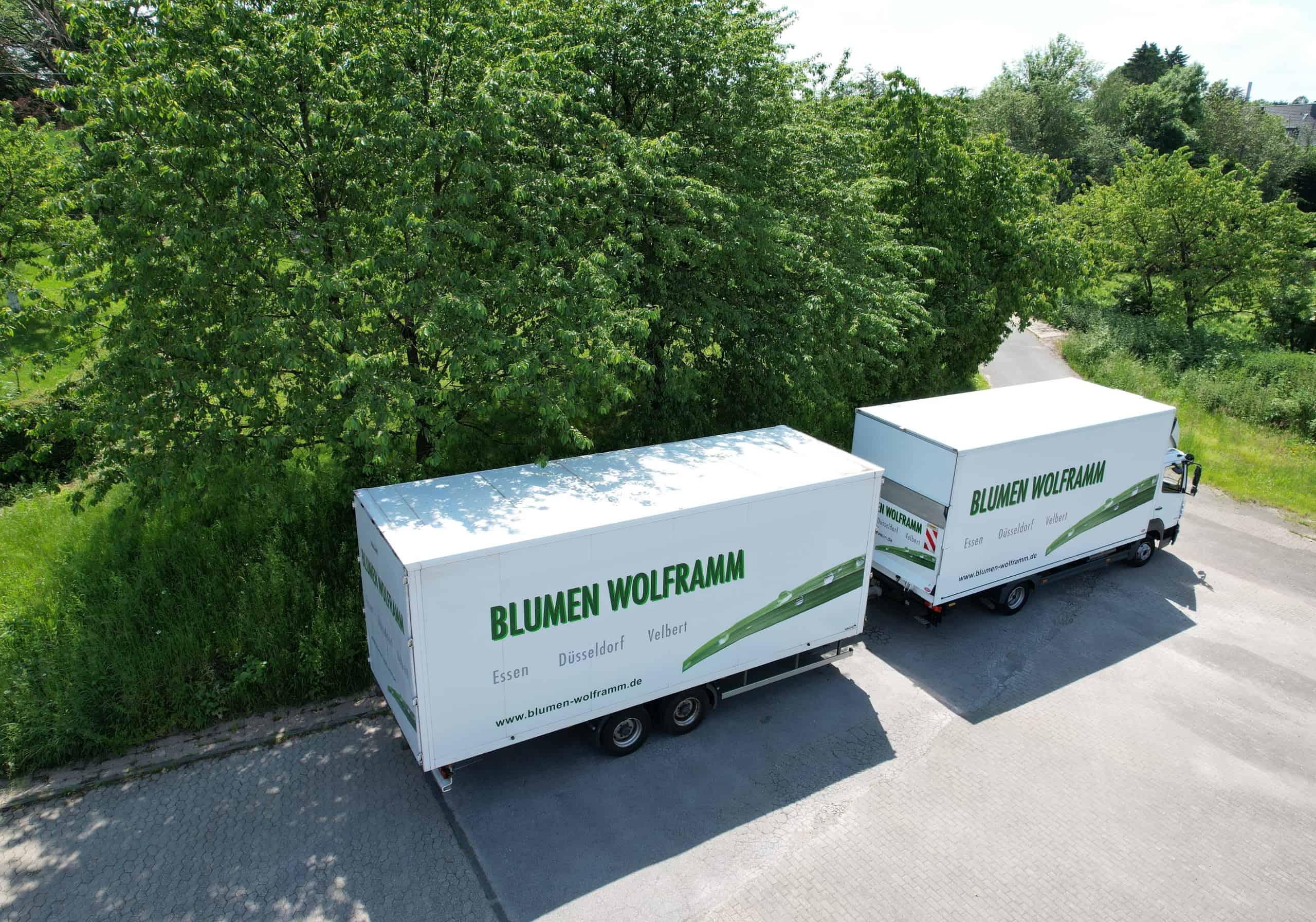 Eine Luftaufnahme eines weißen Lastwagens mit Anhänger